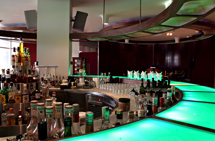 Differenza tra lounge bar e american bar hellodir il for Bancone bar inglese
